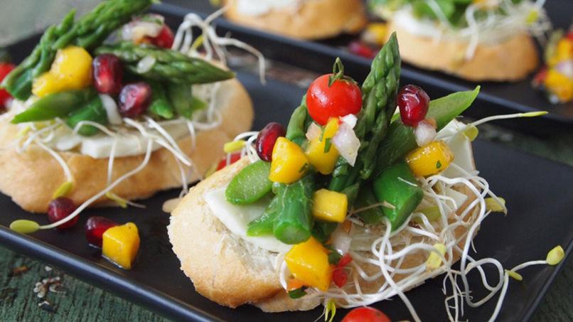 Bruschettas de Espárragos y Chalaquita de Frutas