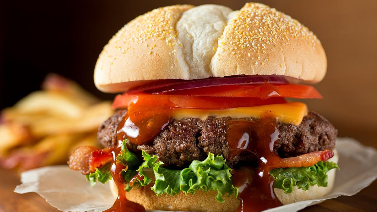 Hamburgers au boeuf et aux haricots grillés sur le barbecue