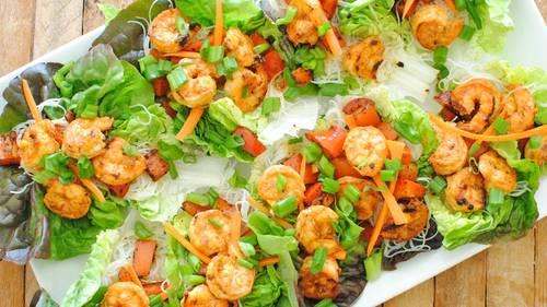 Салат с жареными креветками фото