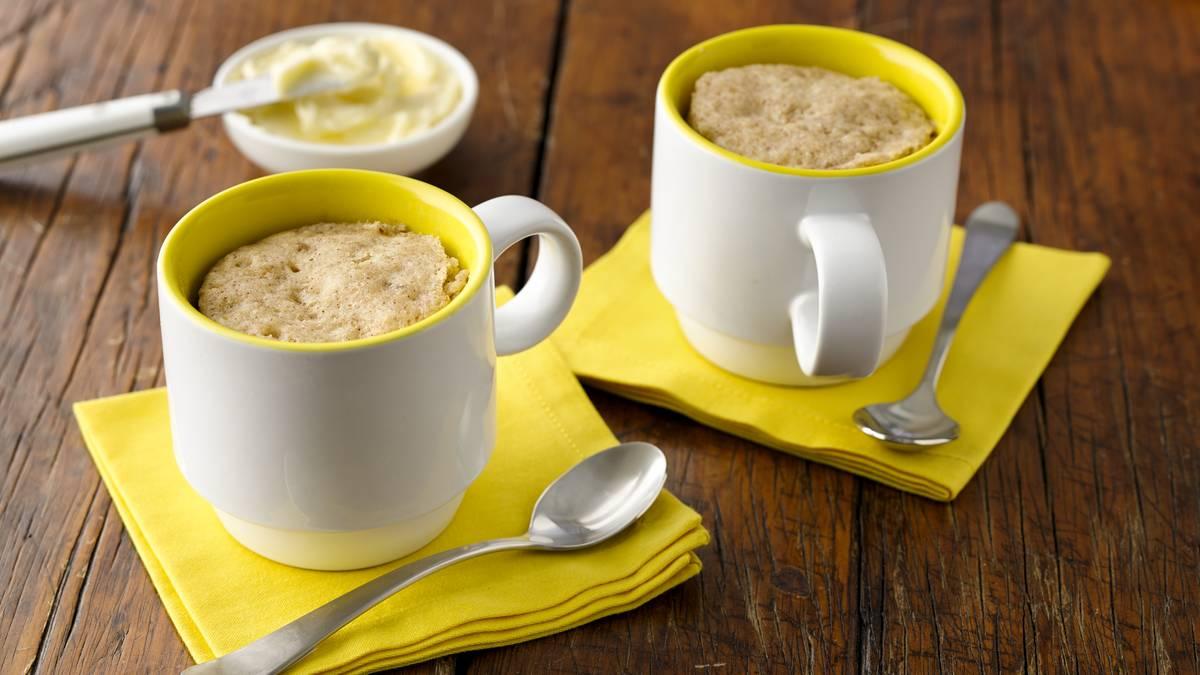 Muffins aux bananes, aux noix et à la cannelle dans une tasse