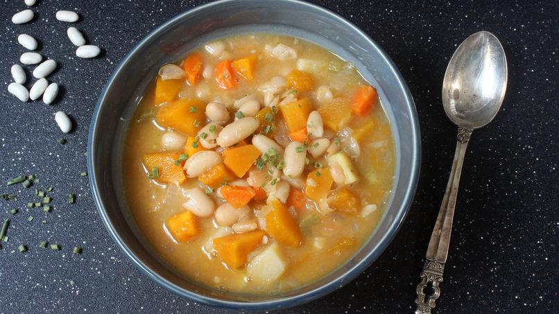 Sopa de frijoles blancos con calabaza