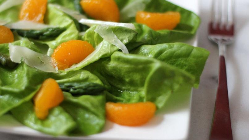 Ensalada de Lechuga Mantecosa con Mandarinas, Espárragos y Queso Manchego