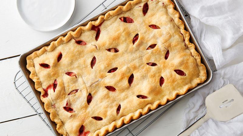 Tarte rectangulaire aux fraises et à la rhubarbe
