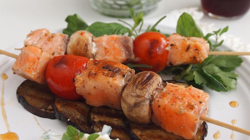 Kebabs de Salmón Asados Estilo Mediterráneo
