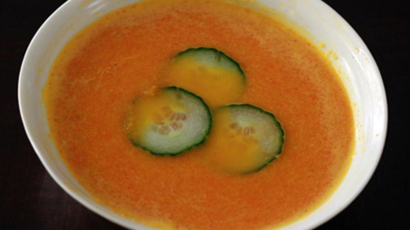 Sopa fría de zanahoria y jengibre con crema de cilantro y lima