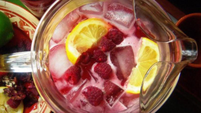 Agua fresca de hibisco y frambuesas