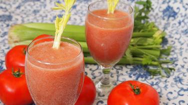 beneficios de tomar jugo de tomate con limon
