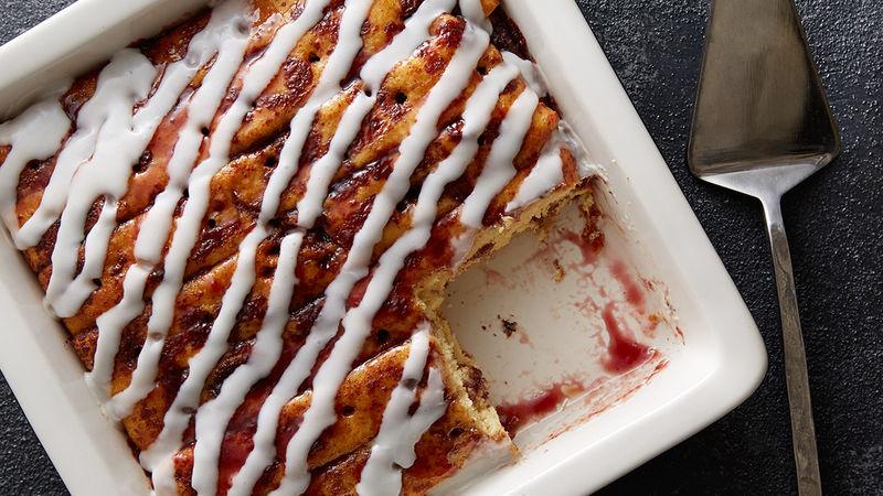 Gâteau piqué à la brioche à la cannelle et aux framboises