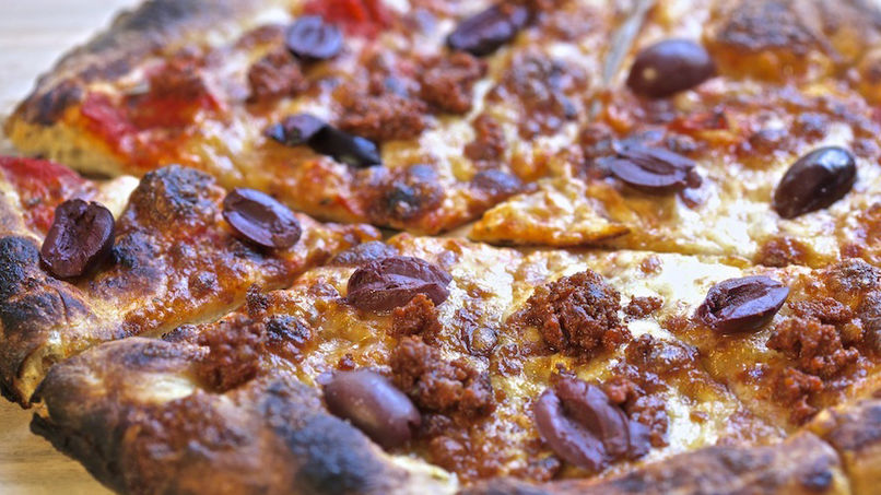 Pizza de Chorizo y Aceitunas Negras