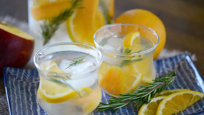 Agua Saborizada con Mango, Naranja y Romero